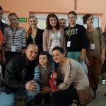 Podczas kiermaszu w Złotej - wolontariusze z Szymkiem i jego rodzicami - 2013