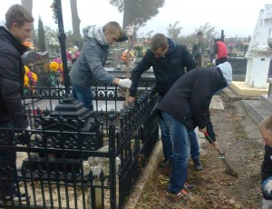Sprzątanie mogił żołnierzy na cmentarzu w Chrobrzu