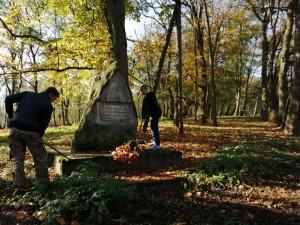 Porządkowanie grobów na cmentarzu w Chrobrzu